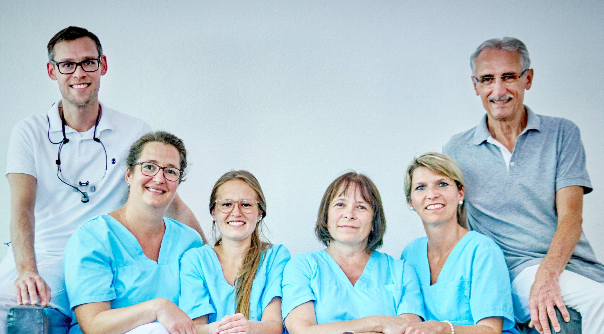 Zahnarzt Team auf der Couch - Zahnarztpraxis-Hocke