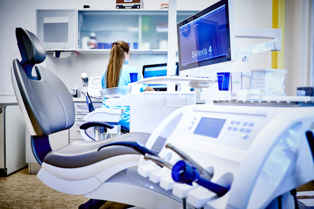 Zahnarztstuhl der Zahnarztpraxis-Hocke